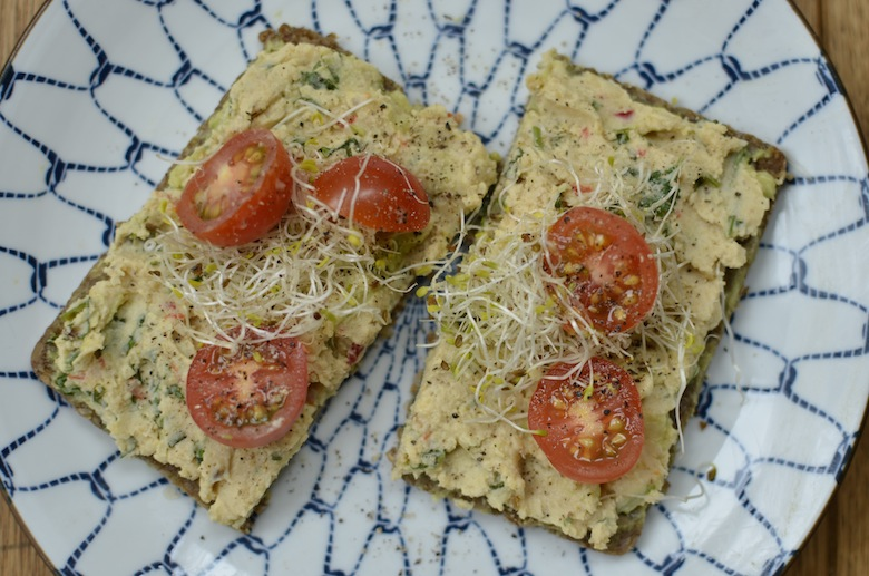 Roggebrood met zelfgemaakte hummus en tomaat