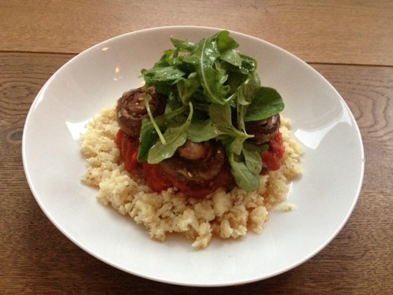 Graanvrij recept, bloemkool 'rijst' met tomaten en champignons