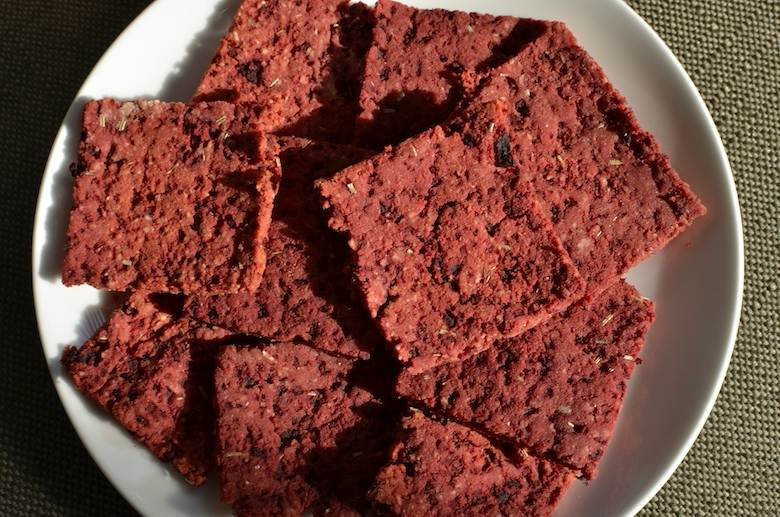 Glutenvrije crackers met biet en rozemarijn