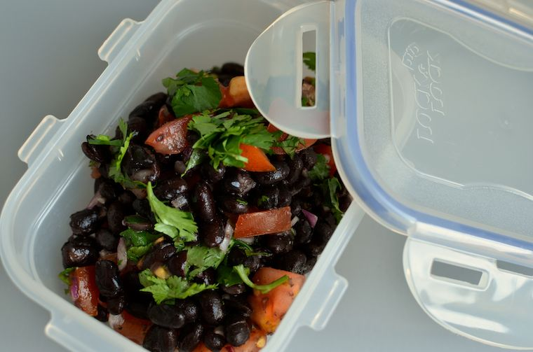 Snel, makkelijk lunchgerecht: zwarte bonen met tomatensalsa