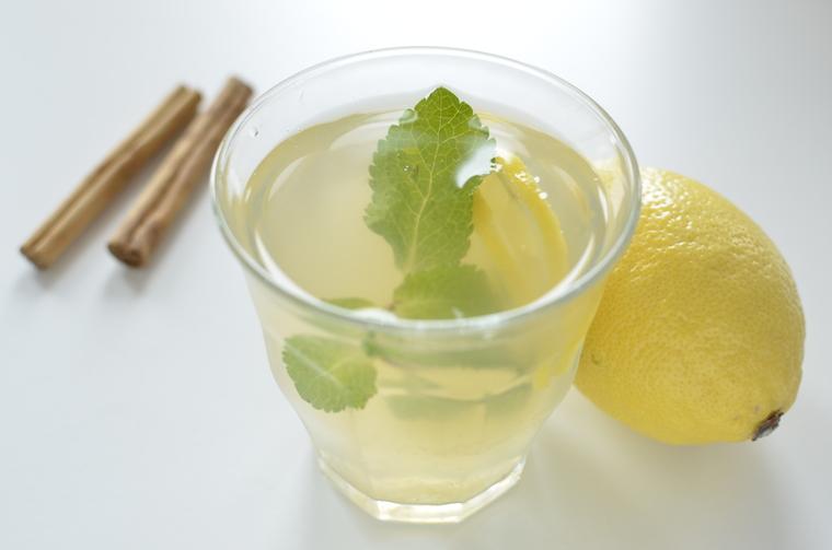 Zelfgemaakte Ice tea met kaneel en citroen