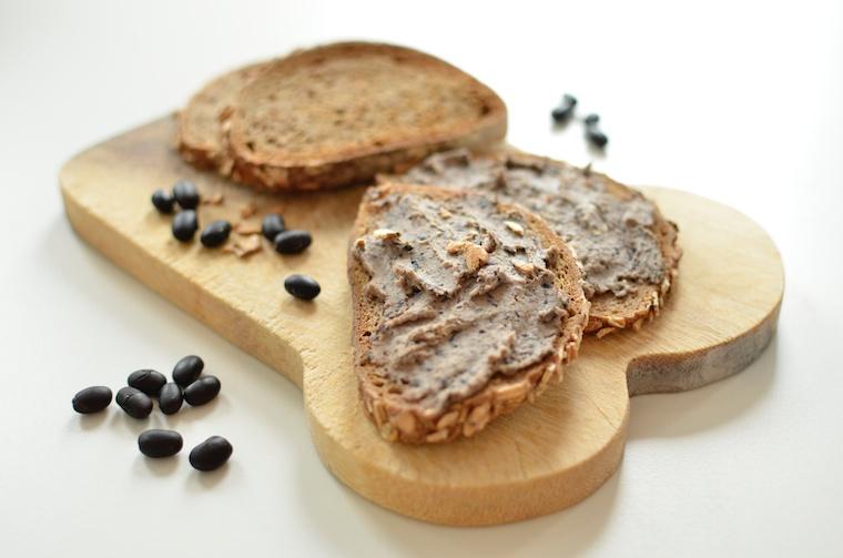 Speltbrood met spread van zwarte bonen.