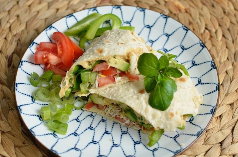 Tortilla met rode linzen hummus