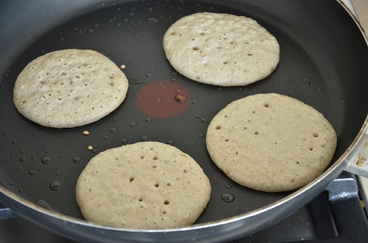 Vegan pancake in de pan