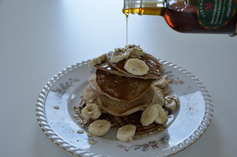 Vegan pancakes met banaan en maple syrup