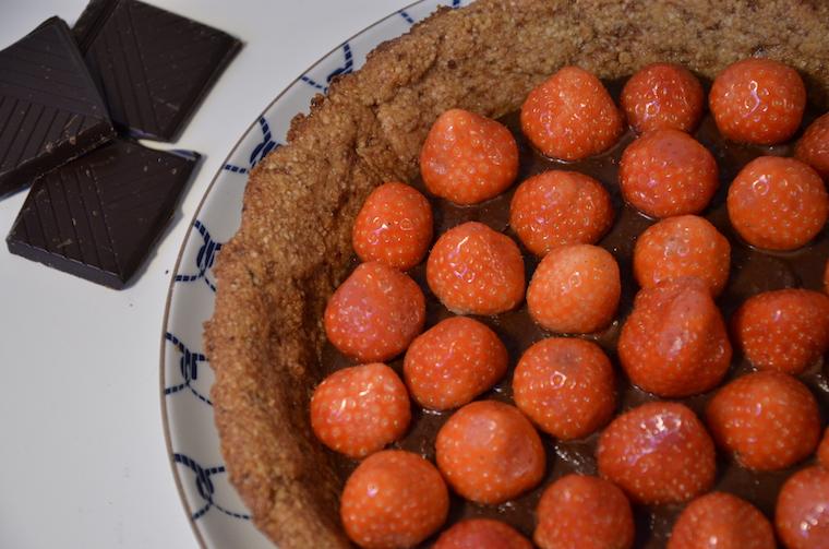 vegan chocoladetaart met notenbodem en aardbeien