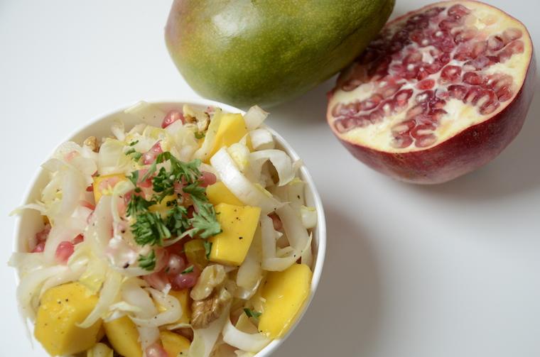 Lunch salade met witlof, mango en granaatappel