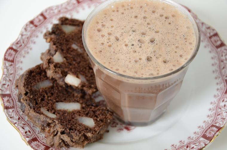 vegan warme chocolademelk met chocolade- perencake