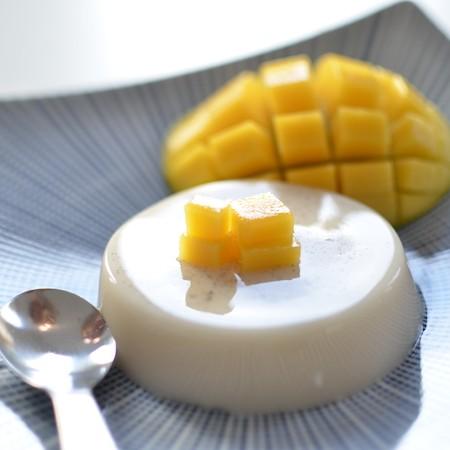 Vegan panna cotta met stukjes mango