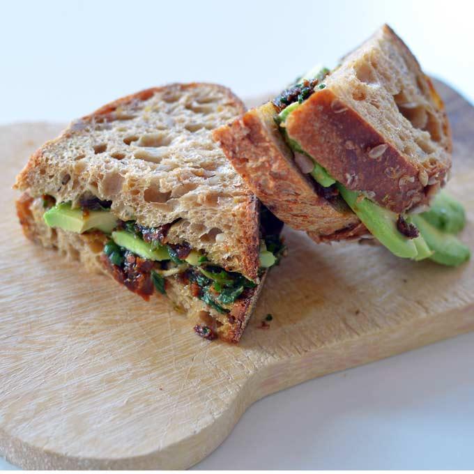 Sandwich met tomaten basilicum pesto en avocado
