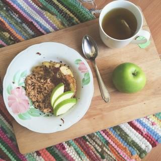 Havermout met appel en een kopje thee