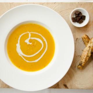 Vegan kerstrecept: pastinaak wortelsoep met kaasstengels