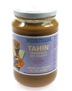 Tahin lekker op een rijstwafel met plakjes komkommer maar ook een belangrijk ingredient voor een lekkere zelfgemaakte hummus